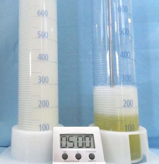 За рахунок потрапляння повітря в масло, зліва (масло без додавання антиспінюючих інгібіторів) утворюється більше піни, ніж справа (масло із додаванням антиспінюючих інгібіторів)